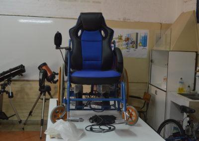 Silla de ruedas con motor eléctrico.